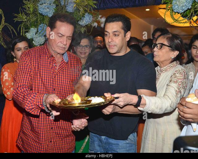 Bollywood screenwriter Salim Khan Salman Khan participates procession immersion idol Hindu god Lord Ganesh Mumbai - Stock-Bilder