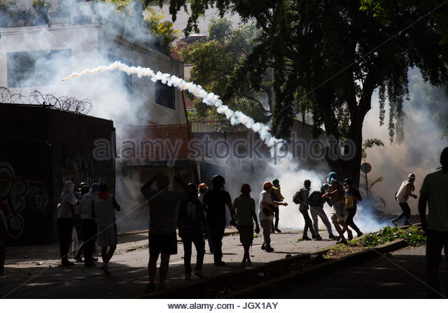 Caracas, Venezuela. 10th July, 2017. Venezuelan opposition activists clash with riot police during a protest against - Stock Image