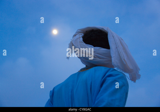 Man watching moon over Sahara Desert, Erg Chebbi, Morocco - Stock-Bilder