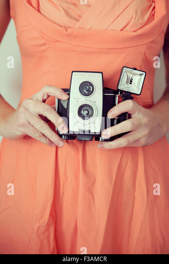 Young vintage woman holding a camera - Stock-Bilder