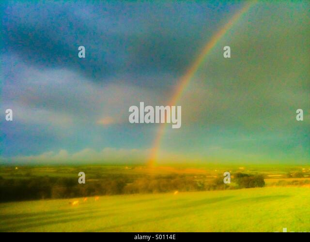 Rainbow over the meadow in Pembrokeshire, Wales - Stock-Bilder