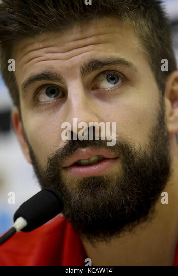 Las Rozas, Spain. 04th Oct, 2017. Spanish National soccer team's players Gerard Pique speaks during a press - Stock Image