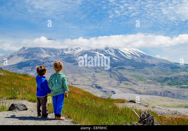 Two boys (2-3, 4-5) looking at view - Stock Image