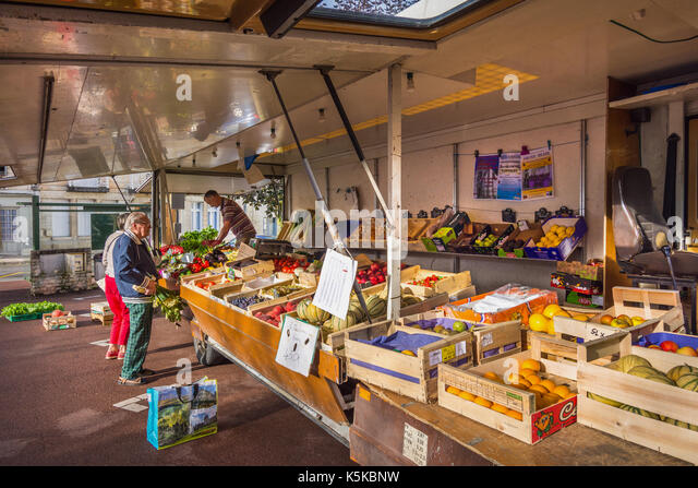 Open-sided vegetable lorry on market day, Preuilly-sur-Claise, France. - Stock Image