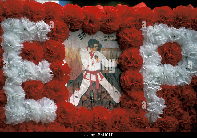 Usa Memphis Tennessee Elvis Presley Gravesite Graceland Cemetery Grave Graves Flowers Decorated Decoration Music - Stock Image