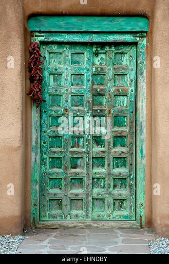 Green door and ristra on Palace Avenue, Santa Fe, New Mexico USA - Stock Image