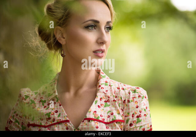Portrait of a young woman looking away - Stock-Bilder