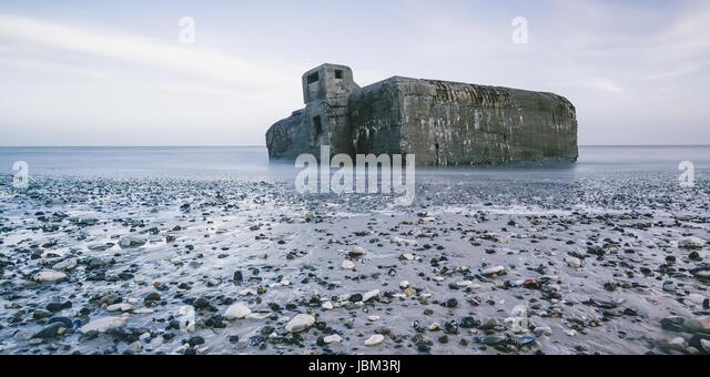 Ruins in ocean at low tide and rocks on beach, Vigsoe, Denmark - Stock-Bilder
