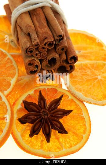 Weihnachtsdekoration, Zimt, Anis, getrocknete Orangenscheiben - Stock-Bilder