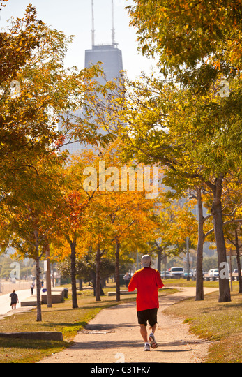 Jogger along Lake Michigan in downtown Chicago, IL. - Stock Image