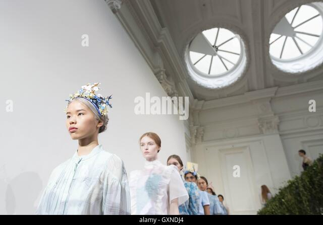 London, United Kingdom Of Great Britain And Northern Ireland. 16th Sep, 2016. BORA AKSU Catwalk at London Fashion - Stock-Bilder