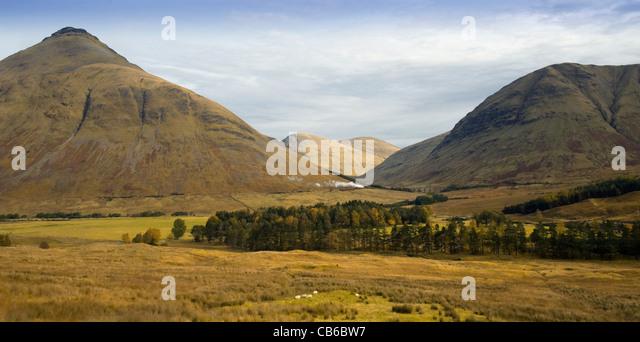 Steam Train, passing through Glen Auch, Scotland. With the Munro 'Beinn Dorain' and the Corbett 'Beinn - Stock Image
