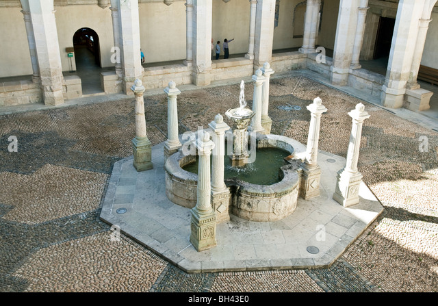 carved stone fountain in central courtyard paved with pattern of small round stones  in the Museum of Oaxacan Cultures - Stock-Bilder