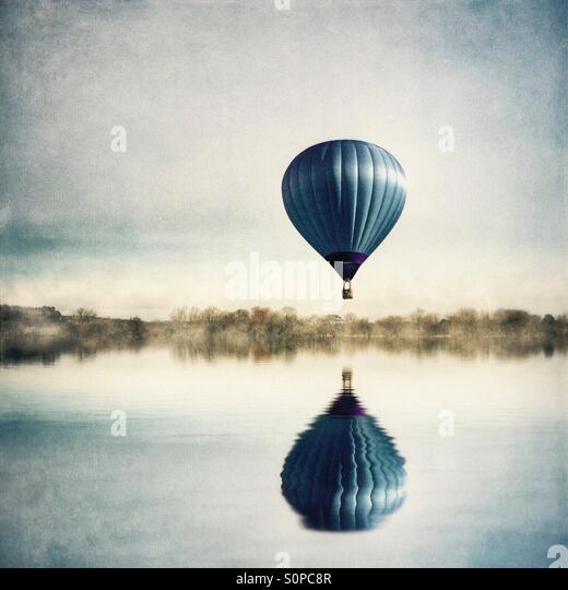 Reflection of hot air balloon in lake - Stock-Bilder
