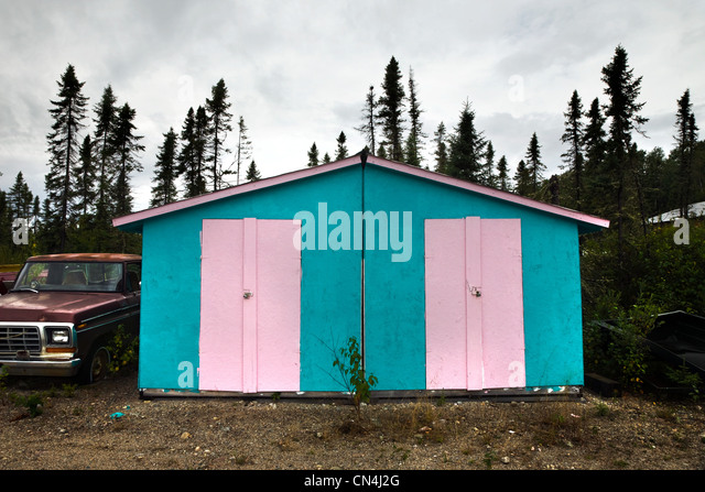 Shed painted in pink and blue - Stock Image