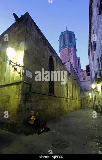 Barcelona Barri Gotic twilight guitar player - Stock Image
