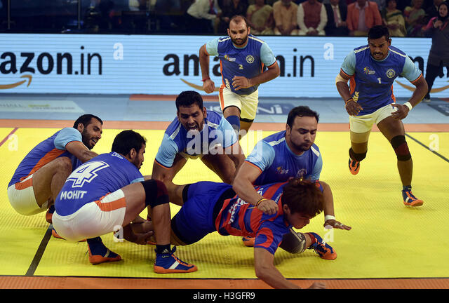 Ahmedabad, India. 7th Oct, 2016. Indian players tackle a South Korean player (bottom) during the inaugural match - Stock-Bilder