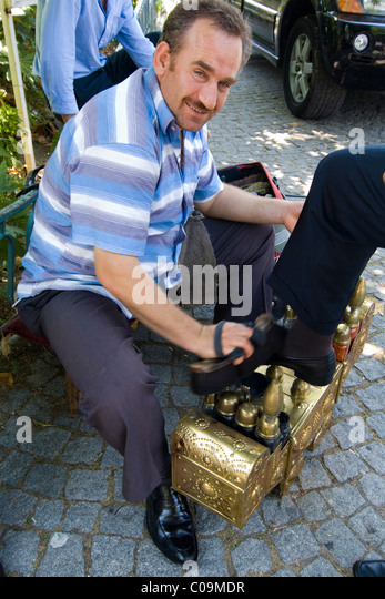 Shoe shiner, Istanbul, Turkey - Stock Image