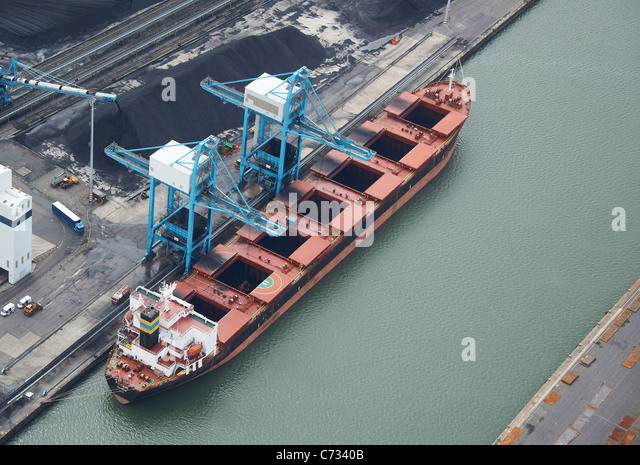 Coal Ship Unloading at Liverpool Docks, Liverpool, North West England - Stock-Bilder