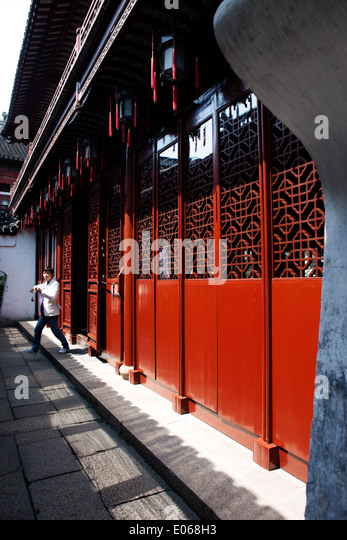 Red lacquered doors inside Yuyuan garden in Shanghai, China, - Stock-Bilder