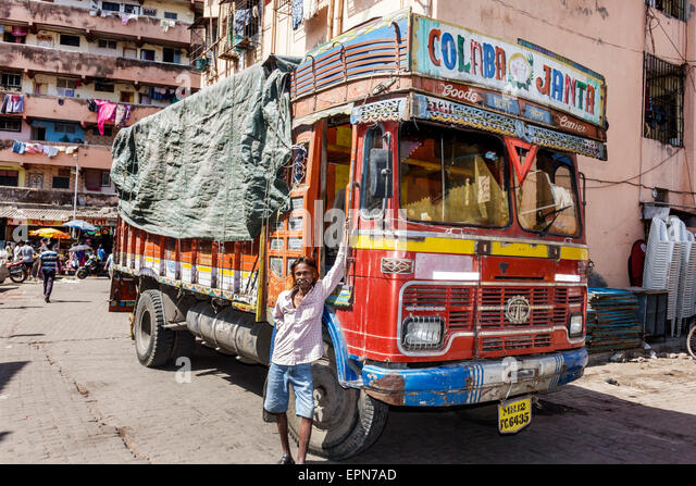 India Asian Mumbai Apollo Bandar Colaba Causeway Market Lala Nigam Road man truck lorry carrier hauler - Stock Image