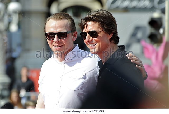 epa04857905 US actor/cast member Tom Cruise (R) and British actor/cast member Simon Pegg (L) smile on the red carpet - Stock Image