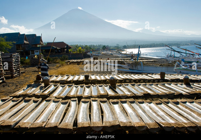 Artisanal Salt Production Gunung Agung in distance Amed Bali Indonesia - Stock-Bilder
