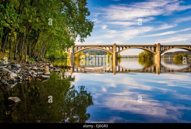 The Veterans Memorial Bridge reflecting in the Susquehanna River, in Wrightsville, Pennsylvania. - Stock Image