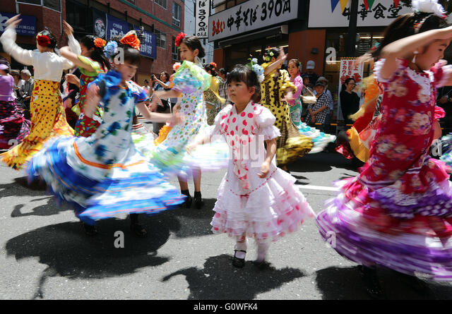 Tokyo, Japan. 4th May, 2016. Japan's flamenco lovers in colorful dresses perform SevillAnnas dancing on a street - Stock Image