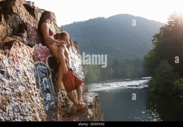 Young couple standing on rock ledge, Hamburg, Pennsylvania, USA - Stock-Bilder