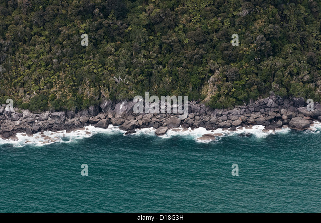 Aerial view of waves on rocky beach - Stock-Bilder