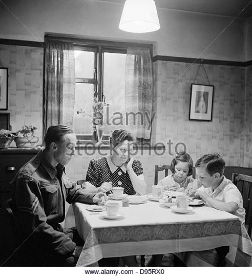 Member of the Home Guard eating tea with his family prior to going on duty, 1942. D10118 - Stock-Bilder