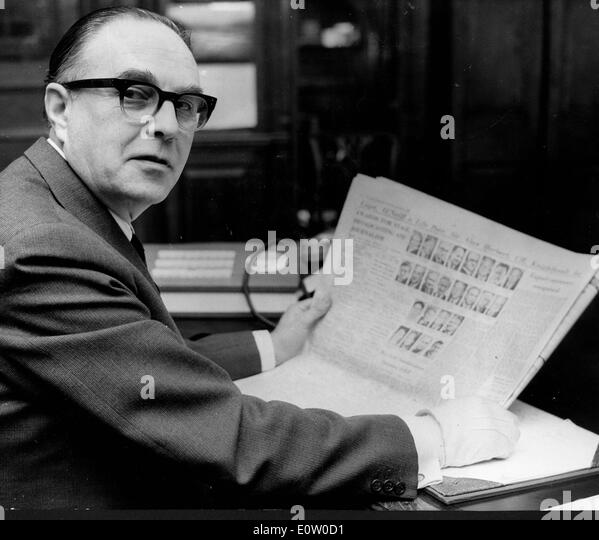 Life peer Sidney Greene reading the newspaper - Stock Image