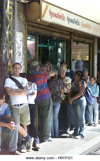 People stand in line at an exchange house in Caracas January 22, 2003.  Venezuela's government suspended foreign - Stock Image