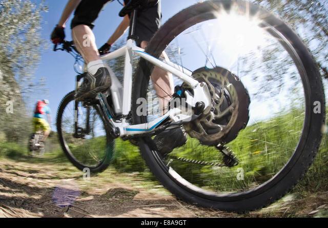 Men racing electic-mountainbikes off-road - Stock-Bilder