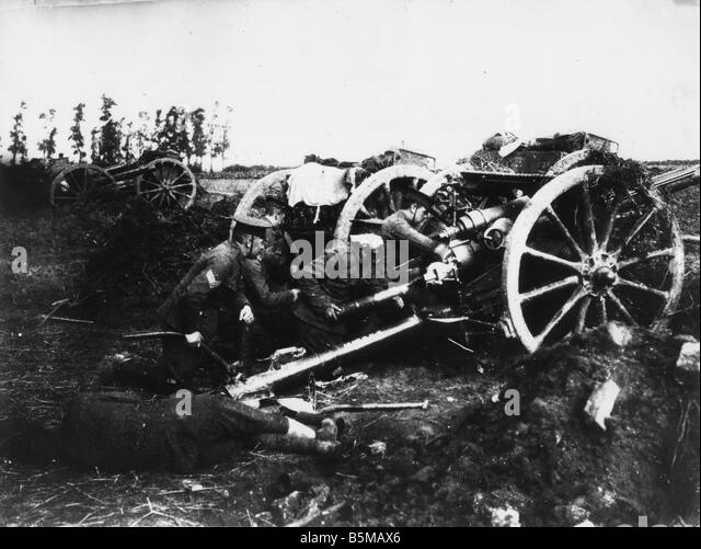 English loading artillery Photo Military Weapons Artillery World War I A piece of English field artillery is loaded - Stock Image