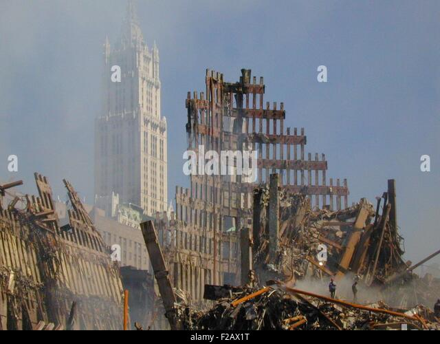 Woolworth Building rises behind the rubble of the collapsed North Tower of the WTC, Sept. 16, 2001. World Trade - Stock-Bilder