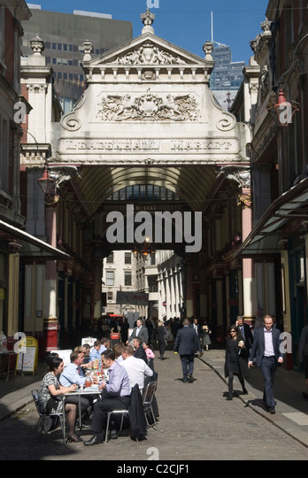 Leadenhall Market City of London EC3 UK. City office workers business men women couple lunch. - Stock-Bilder