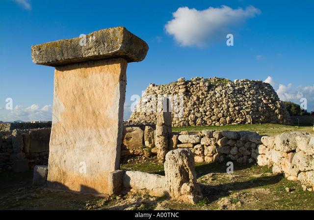 dh Taula of Trepuco TREPUCO MENORCA Prehistoric Talayotic Taula stone pillar and Talayot - Stock Image