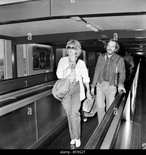 Joanna Lumley with her son and a friend seen leaving Heathrow Airport today for Canada. August 1977 77-04381-002 - Stock Image