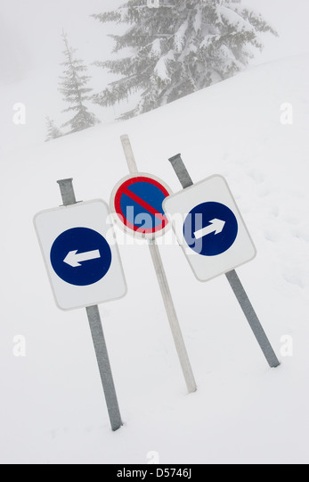 Signs indicating dead end in snow - Stock Image
