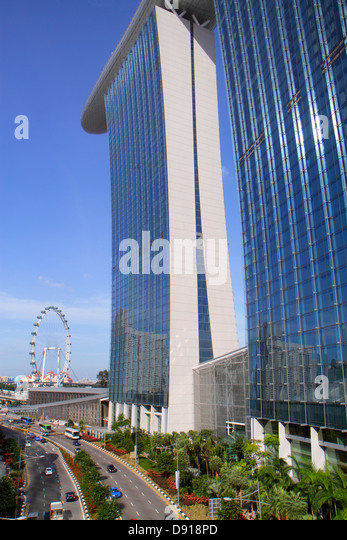 Singapore Marina Bay Sands hotel Bayfront Avenue Skywalk Singapore Flyer Ferris wheel - Stock Image