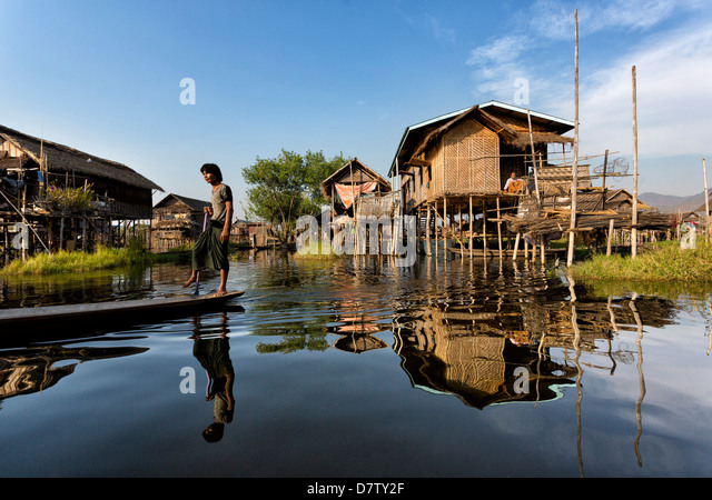 Houses built on stilts in the village of Nampan on the edge of Inle Lake, Shan State, Burma - Stock-Bilder