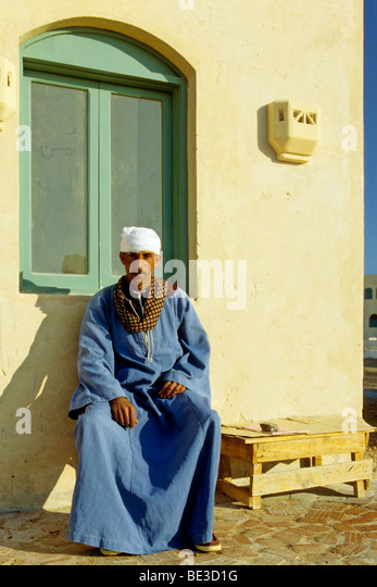 Egyptian, man, traditional dress, Dschjellahba, house, El Gouna, Egypt, Africa - Stock-Bilder