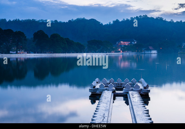 Kandy Lake and the Temple of the Sacred Tooth Relic (Sri Dalada Maligawa) at night, Kandy, UNESCO, Central Province, - Stock Image
