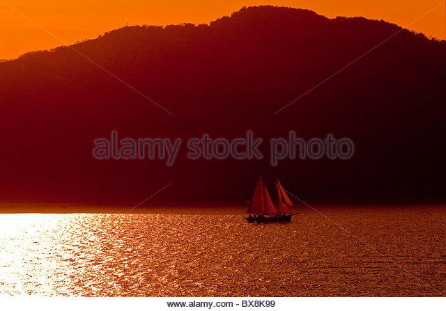 Sailboat at sunset, Mazatlan, Sinaloa, Mexico - Stock-Bilder