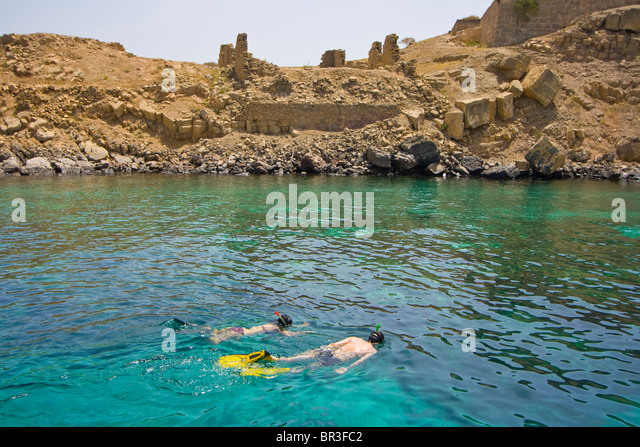 Tourist Couple Snorkeling at Telegraph Island on the Musandam Pensinsula in Oman - Stock Image