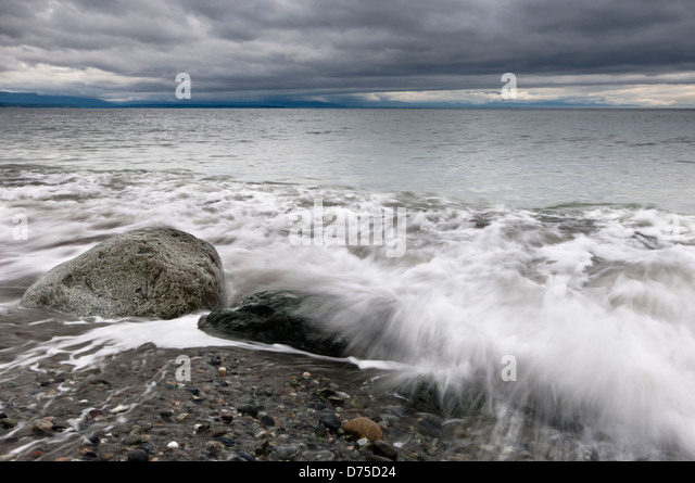 Waves wash up on the beach at Fort Ebey State Park, Whidbey Island, Washington, USA - Stock-Bilder