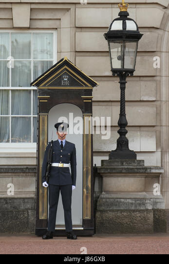 London, UK. 27th May, 2017. A solider on duty at Buckingham Palace front yard . The threat level was raised to critical, - Stock Image