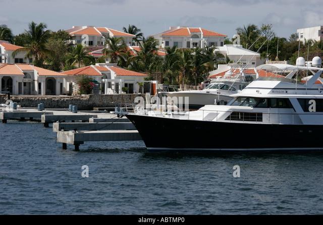 Sint Maarten Dutch Simpson Bay Lagoon yacht boat waterfront homes - Stock Image